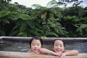 ジャングルの露天風呂に入る子供の写真素材 [FYI04058405]