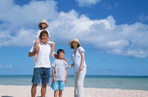 ビーチに立つ家族の写真素材 [FYI04058419]