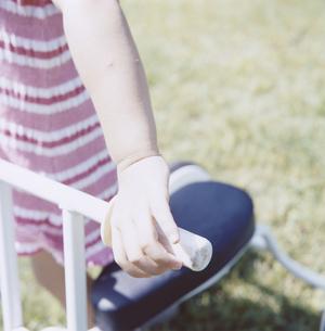 三輪車に乗る女の子の手元とハンドルの写真素材 [FYI04058437]