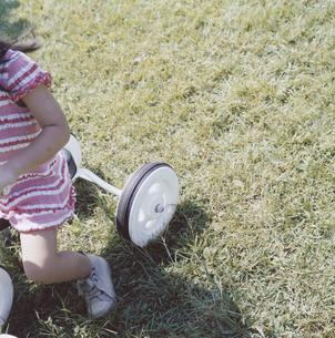 三輪車に乗る女の子の足元の写真素材 [FYI04058440]