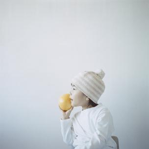 グレープフルーツを持つ帽子を被った日本人の女の子の写真素材 [FYI04058447]