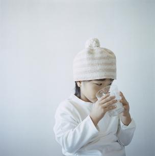 ミルクを飲む帽子を被った日本人の女の子の写真素材 [FYI04058449]