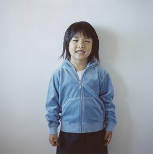 青いパーカーを着た日本人の女の子の写真素材 [FYI04058450]