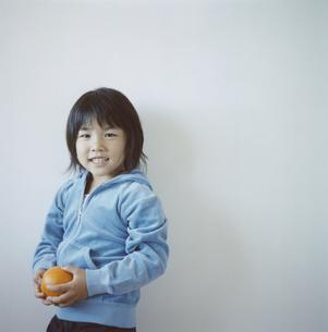 オレンジを持つ日本人の女の子の写真素材 [FYI04058452]