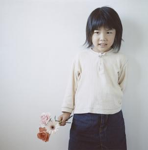 3輪の花を持つ日本人の女の子の写真素材 [FYI04058453]