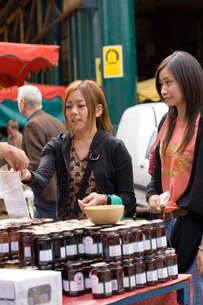 ロンドンのマーケットで買い物をする日本人女性の写真素材 [FYI04058464]