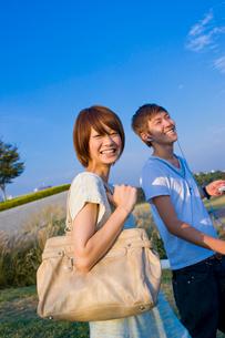 キャンパスを歩く女子大学生と男子大学生の写真素材 [FYI04058497]