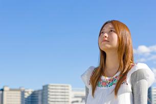 若い女性の未来へ向けての瞳の写真素材 [FYI04058517]