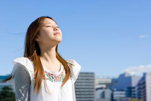 若い女性の未来へ向けての瞳の写真素材 [FYI04058518]