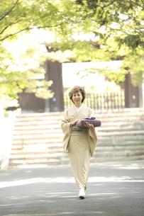 風呂敷包みを持つ着物姿のシニア女性の写真素材 [FYI04058624]