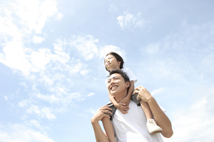 男の子を肩車しているお父さんの写真素材 [FYI04058639]