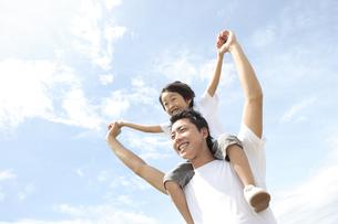 男の子を肩車しているお父さんの写真素材 [FYI04058641]