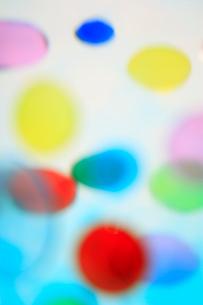 透明感のある色とりどりの水玉の集合の写真素材 [FYI04058659]