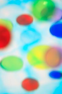 透明感のある色とりどりの水玉の集合の写真素材 [FYI04058660]