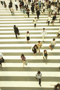 横断歩道と通行人の写真素材 [FYI04058663]