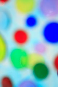 透明感のある色とりどりの水玉の集合の写真素材 [FYI04058664]