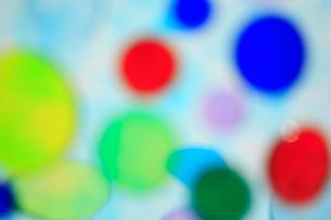 透明感のある色とりどりの水玉の集合の写真素材 [FYI04058666]