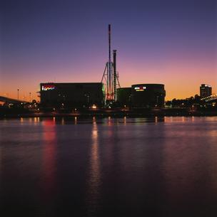 パレットタウン観覧車とビル群の夜景の写真素材 [FYI04058787]