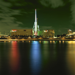 パレットタウン観覧車とビル群の夜景の写真素材 [FYI04058789]