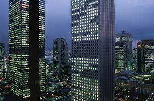 西新宿のビル群の夜景の写真素材 [FYI04058862]