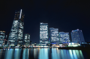 ランドマークタワーとクイーンズスクエアの夜景の写真素材 [FYI04058982]