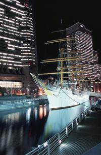 帆船日本丸のライトアップの写真素材 [FYI04059058]