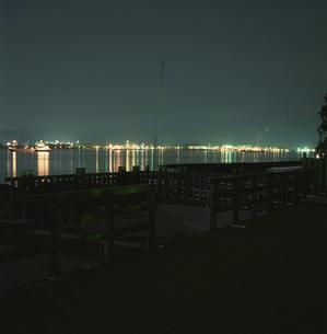 デッキのある海辺の夜景の写真素材 [FYI04059196]
