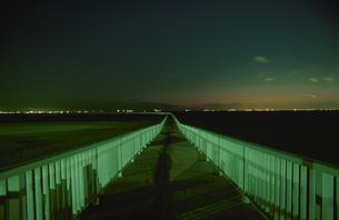 美浜区の遊歩道から見た夜景の写真素材 [FYI04059285]