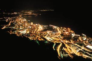 モナコ港とモンテカルロの夜景の写真素材 [FYI04059347]