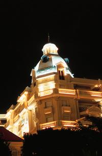 ライトアップされたホテルの写真素材 [FYI04059354]