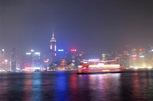 ビクトリア湾と香港島の高層ビルの写真素材 [FYI04059478]