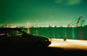 港から望む夜景と車の写真素材 [FYI04059521]