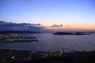 屋島から望む高松市街と瀬戸内海の夕景の写真素材 [FYI04059579]