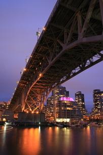 グランビル橋とマンション群の夜景の写真素材 [FYI04059608]