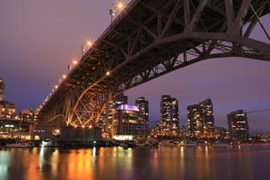 グランビル橋とマンション群の夜景の写真素材 [FYI04059609]