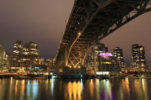 グランビル橋とマンション群の夜景の写真素材 [FYI04059610]