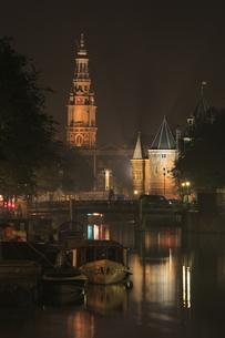 運河越しに見る南教会と計量所の夜景の写真素材 [FYI04059621]