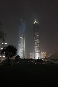上海陸家中心緑地から望む浦東の高層ビルの夜景の写真素材 [FYI04059632]