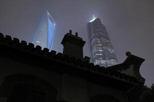 陸家嘴開発陳列館と浦東の高層ビルの夜景の写真素材 [FYI04059634]