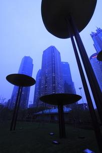 上海陸家中心緑地から望む浦東の高層ビルの夕景の写真素材 [FYI04059644]