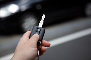 車の鍵をあけるの写真素材 [FYI04059830]