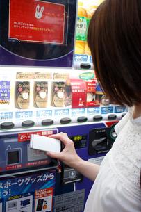 自動販売機で電子マネーを使用の写真素材 [FYI04059835]