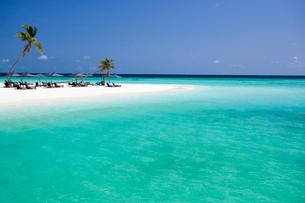 白砂と遠浅のビーチの写真素材 [FYI04059852]