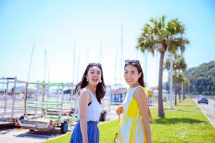 椰子の木と海のリゾートへ旅する女性2人の写真素材 [FYI04059989]