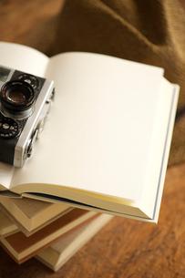 白紙の本とカメラと帽子の写真素材 [FYI04060594]