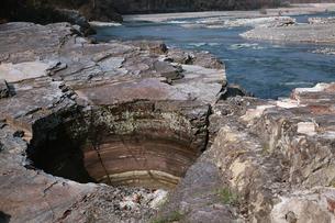 紅簾石片岩に形成された甌穴(ポットホール)の写真素材 [FYI04060797]