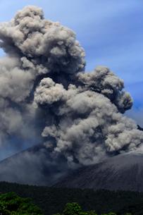 平成27年6月,桜島南岳火口からの爆発的噴火の写真素材 [FYI04060823]