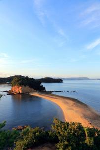 11月 小豆島のエンジェルロード 典型的な陸繋砂州の写真素材 [FYI04060825]