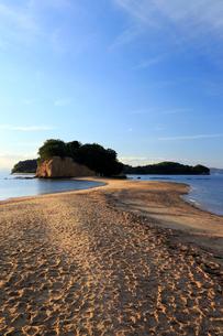 11月 小豆島のエンジェルロード 典型的な陸繋砂州の写真素材 [FYI04060831]