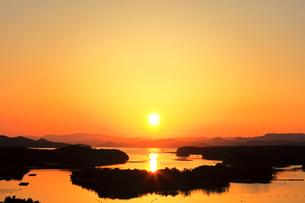 伊勢志摩 ともやま公園より望む快晴の英虞湾に夕日の写真素材 [FYI04060874]